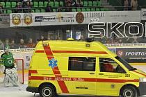 Záchranka odváží zraněného Tomáše Demela z boleslavského ledu