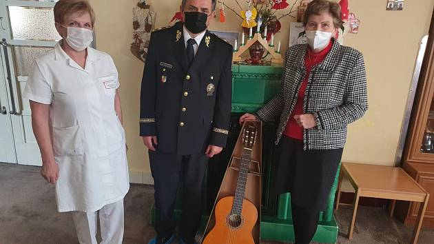 Ředitel středočeských policistů Václav Kučera přivezl dětem z Dětského centra Klaudiánovy nemocnice v Mladé Boleslavi dárek, který postrádaly - kytaru.