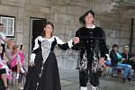 Módní přehlídka v historických šatech na hradě Houska