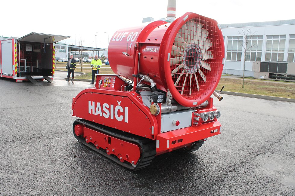 Robot LUF 60 pomáhá hasičům Škoda Auto. Na dálkové ovládání s ním uhasí požár ve velké průmyslové hale