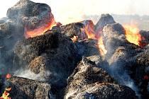 Ze stohu u Zdětína ještě ráno, několik hodin po požáru, šlehaly plameny