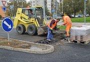 Během uplynulého víkendu musel být znovu uzavřen kruhový objezd u ulic Jana Palacha a Na Radouči. Dělníci tam tentokráte dodělávali retardéry u přechodů. Ty se nově budou nacházet na každém vjezdu na kruhový objezd.