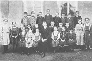 Žáci chotětovské Základní školy. Datum neznámé, pravděpodobně mezi lety 1900-1920.