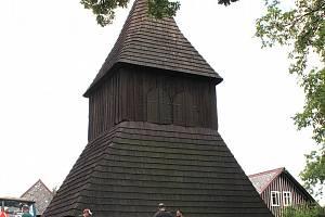 Dřevěná zvonička na návsi