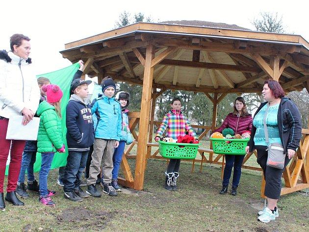 Při příležitosti slavnostního předání učebny v přírodě děti z bezenské školy rovněž předaly zástupcům Domu pod lípou Lipník výtěžek charitativní sbírky hraček a oblečení.