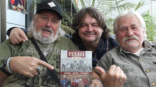 Za pár dnů, 23. listopadu, oslaví Fešáci 50 let koncertem v pražské Lucerně. Zleva Tomáš Linka, Antonín Kny a Robert Moucha.