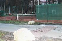 U dětského hřiště v Josefově Dole nechala obec nainstalovat zpomalovací retardéry