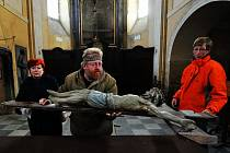 Úklid v kostele ve Březně