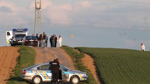 Právě v těchto místech ležela obě těla, tělo mrtvého muže i tělo zraněného muže