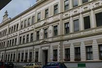 1. základní škola Husovo náměstí.