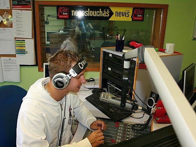 """""""Nonstop"""" moderátor Jirka Vondra ve studiu rádia Kiss Delta při svém maratonu."""