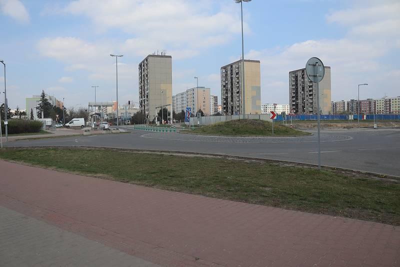 Kruhový objezd u jedenácté brány Škoda Auto v Mladé Boleslavi.
