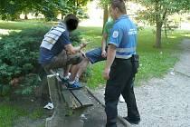 Jak se nemá sedět na lavičce