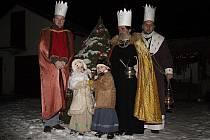 Tři králové při průvodu Malou Bělou.