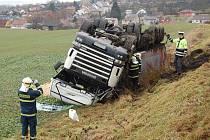 Nehoda kamionu u Dobrovice.