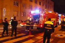 U požáru v panelovém domě zasahovali hasiči i policisté.