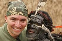 Fotograf a cestovatel Daniel Balcar s jedním s přátel z kmene Stromových lidí.
