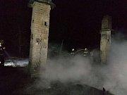 Hasiči bojovali s požárem areálu bývalého dětského tábora u Bezdězu několik hodin.