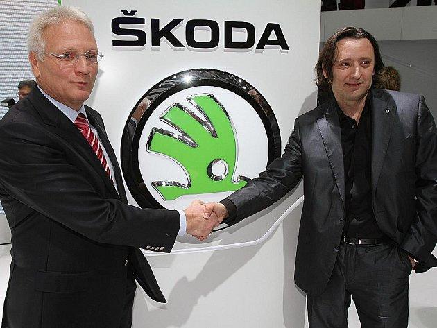 Šéf Škody Auto Winfriend Vahland (vlevo) a šéf designu automobilky Jozef Kabaň představili nové logo.