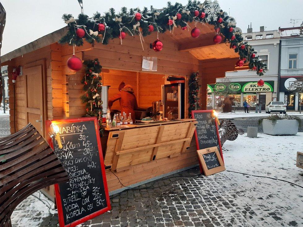Vánoční stánek na Staroměstském náměstí v Mladé Boleslavi (Advent 2020).