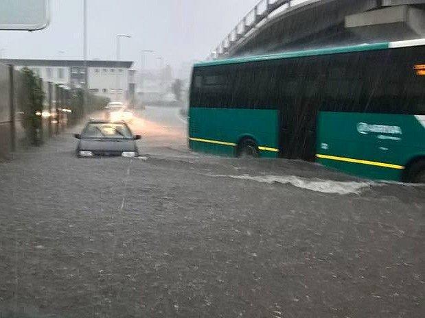 Z AUTOBUSOVÉHO nádraží byl rázem rybník.