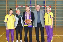 MARCEL CHLÁDEK při své návštěvě Mladé Boleslavi navštívil také klub basketbalistů Basket Pastelka MB. Čtvrtý zprava organizační pracovník klubu František Chmela.