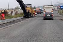 Frézování silnice na sjezdu a nájezdu na R10 v Kosmonosích.