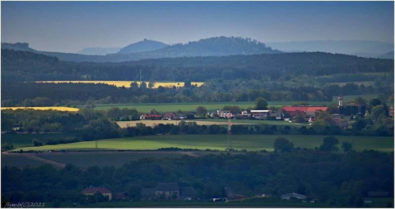 V dálce kopec Starý Bernštejn a v popředí obec Stará Bukovina