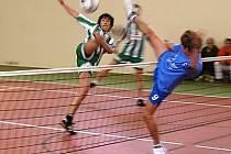 Mladí nohejbalisté Mnichova Hradiště měli v lize vydařenou premiéru. Domácí hráč Matouš blokuje Líbala z Mnětic.