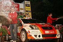 Na oslavu vítězství v Rally Český Krumlov nechybělo v rukou Antonína Tlusťáka (vpravo) a Jana Škalouda (vlevo) šampaňské.