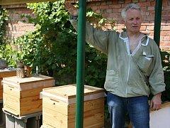 Jiří Šturma u včelína na školní zahradě v Horkách nad Jizerou