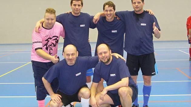"""Futsalisté Deníku. Nahoře zleva: Jarda Bílek, Luboš Kurzweil, Honza Hájek, Pavel Šimáček. Dole klečící """"mladíci"""" Ruda Muzika a Michal Káva"""