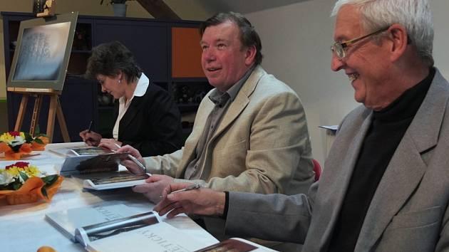 Zdeněk Halíř(uprostřed) křtil svou novou knihu