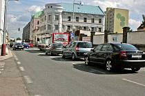 Vozidla v Laurinově ulici, stojící nesprávně ve dvou řadách.