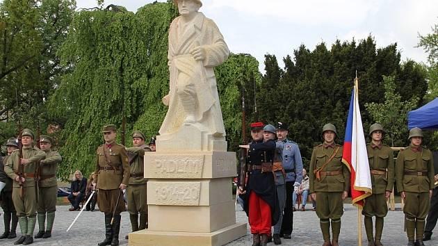 Na Komenského náměstí se vrátila socha legionáře