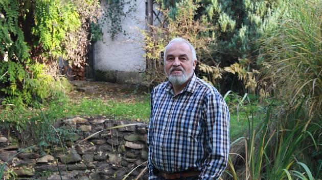 Ornitologa  umělecký kovář Pavel Kverek u svého zahradního jezírka, plného pokladů z dávné historie regionu