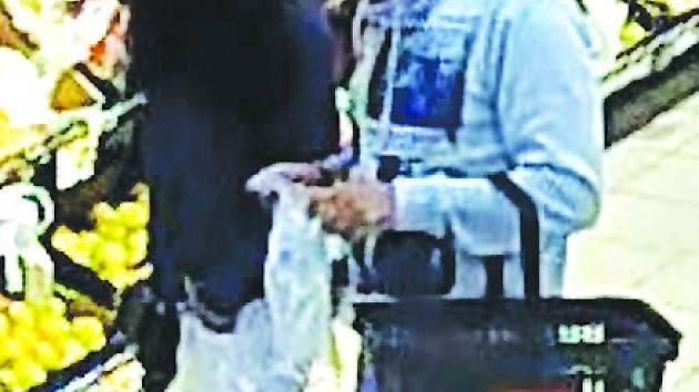 Policie pátrá po tomto páru. Okradl seniorku. Neviděli jste je?