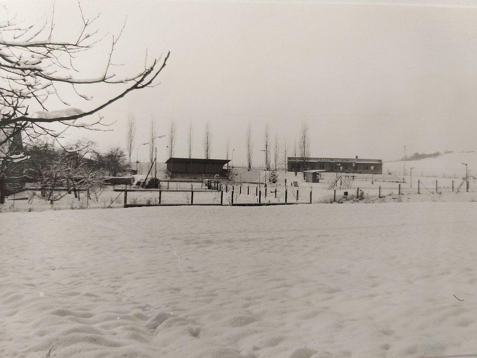 V zimě je nádrž v areálu v Semčicích využívána jako hokejové hřiště.