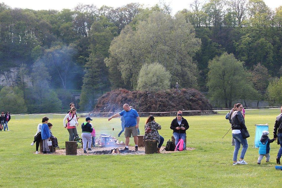 Z pálení čarodějnic v Mladé Boleslavi v roce 2017. Bohatý kulturní program začal už ve tři hodiny na Krásné Louce  a nechyběl ani průvod masek. Obří vatra byla zapálena ve 20 hodin.