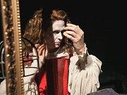 Daniel Bambas v hlavní roli nové inscenace Městského divadla Mladá Boleslav Krás(k)a na scéně.
