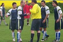 Hráči Dlouhé Lhoty v jedné z mnoha diskuzí s rozhodčím Ladislavem Hejným při zápasu s týmem Kosmonos.