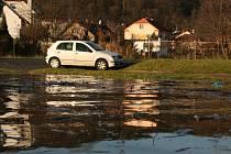 V Podlázkách chybělo v sobotu jen málo k tomu, aby voda z Jizery zaplavila novou pláž, dětské hřiště a silnici.