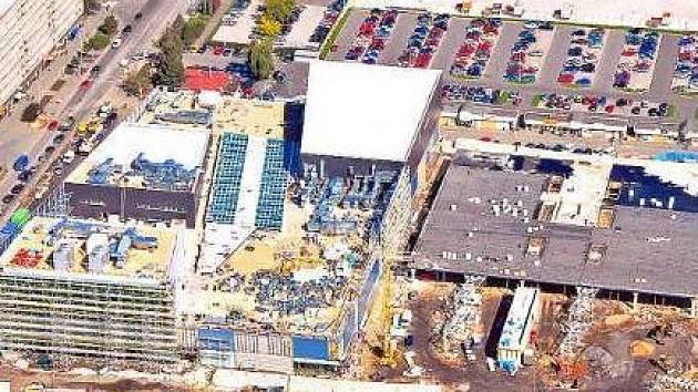 BONDY CENTRUM. Slušný nepořádek byl k vidění z letadla našeho fotoreportéra na střeše ještě nedokončeného Bondy centra. Do 8. listopadu 2007 ale mají stavbaři čas na to, aby všechen  stavební materiál zmizel tam, kam patří.