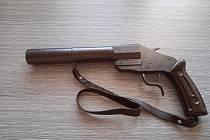 Stovku nelegálně držených zbraní lidé odevzdali středočeské policii v rámci prvního měsíce platnosti takzvané zbraňové amnestie.