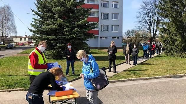 Mnichovo Hradiště v pátek rozdalo přes 2 500 lahviček s dezinfekcí. V terénu je distribuovalo na 40 lidí, z toho 30 nových dobrovolníků, kteří v pátek rozšířili řady štábu.