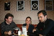 Bohumil Rosenkranz probírá s přáteli své fotografie.