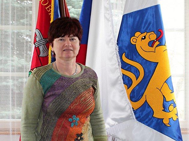 Starostka Marie Horáková nám při naší návštěvě předvedla vlajky, které si obec nechala před rokem vyhotovit.