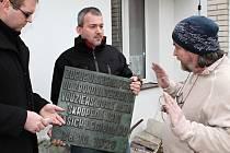 Akademický sochař Michal Moravec (vpravo) přebírá od zástupců mladoboleslavské jednoty Československé obce legionářské zrestaurovanou pamětní desku.