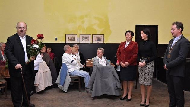 Historik Vladimír Bednář převzal cenu města z rukou starosty Radima Šimáněho.
