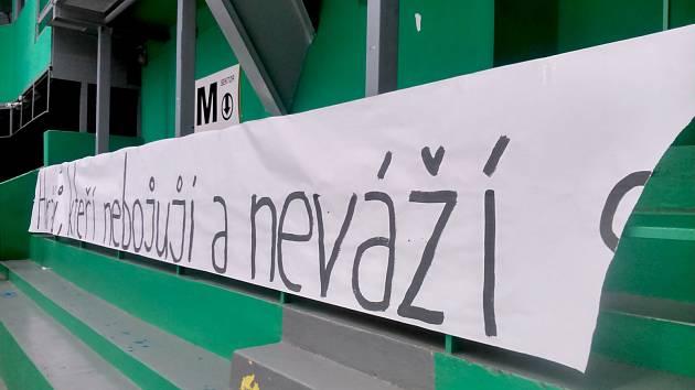 Část transparentu v sektoru mladoboleslavského kotle